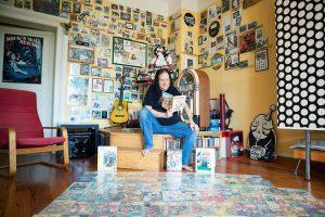 Comic Fan Thowi mit seiner Sammlung von Heften. Er liest bestimmt gerne einen Comic-Blog.